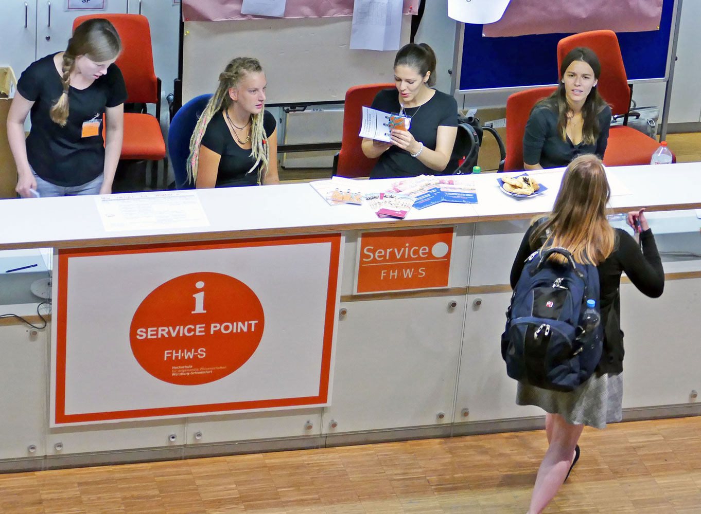 Studentinnen am Service Point der FHWS