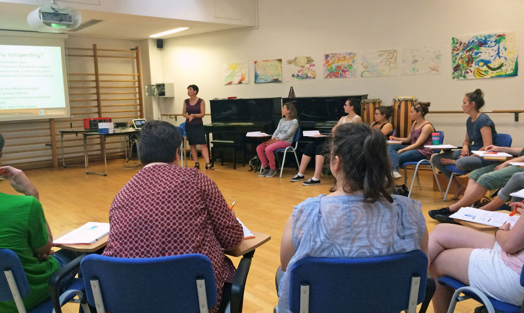 Felicity Baker und Studierende im Therapeutic Songwriting Workshop (Foto FHWS / Wosch)